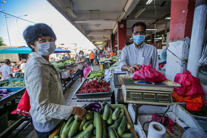 Customers purchase groceries at Pasar Besar Jalan Othman in Petaling Jaya March 26, 2020. — Picture by Hari Anggara
