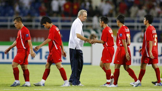 Pelatih Vietnam Alfred Riedl (tengah) berjabat tangan dengan para pemainnya usai pertandingan Grup B Piala AFC antara Jepang dan Vietnam di Hanoi, Vietnam, 16 Juli 2007. Riedl dikenal sukses melatih beberapa negara Asia Tenggara seperti Laos dan Vietnam. (LIU JIN/AFP
