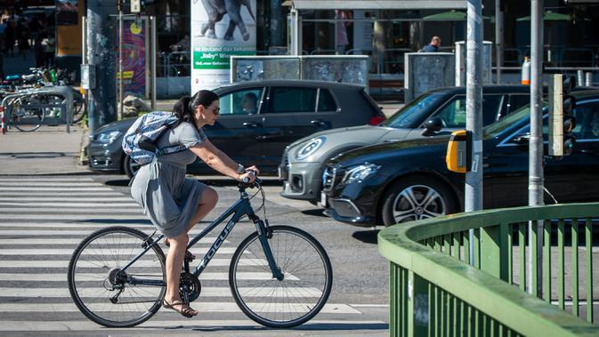 Seorang pengendara sepeda terlihat di sebuah jalan di Wina, Austria, pada 21 Agustus 2020. Wina mencatat 1,25 juta pengendara sepeda pada Juli, yang merupakan jumlah tertinggi di bulan Juli dalam catatan, demikian menurut Austrian Transport Club. (Xinhua/Guo Chen)
