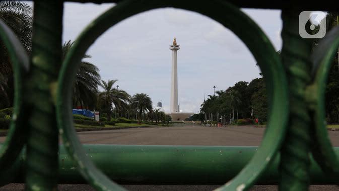 Suasana kawasan Monumen Nasional, Jakarta, Selasa (24/3/2020). Pemerintah Provinsi DKI Jakarta menutup semua Ruang Terbuka Hijau terhitung sejak 14 Maret 2020 hingga 14 hari ke depan sebagai antisipasi merebaknya virus Corona Covid-19. (Liputan6.com/Helmi Fithriansyah)