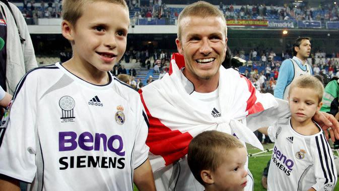 Mantan pemain Real Madrid, David Beckham bersama anak-anaknya saat merayakan gelar juara Liga Spanyol di Stadion Santiago Bernabeu (17/6/2007). (Photo by BRU GARCIA / AFP)