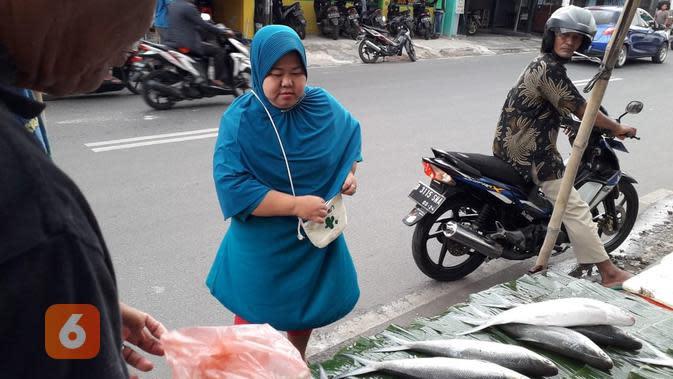 Pembeli bandeng Imlek tak hanya dari warga keturunan Tionghoa, tapi juga warga Betawi muslim (Liputan6.com/Komarudin)