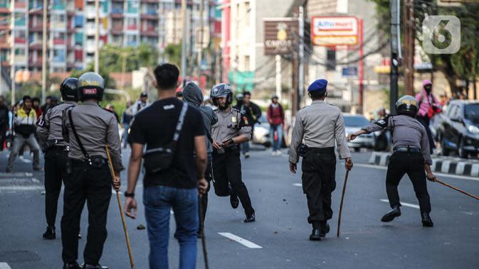 Sejumlah aparat kepolisian terlibat bentrok dengan massa di kawasan Pejompongan, Jakarta, Rabu (7/10/2020). Belum bisa dipastikan apakah aksi tersebut berkaitan dengan isu aksi penolakan pengesahan UU Omnibus Law Cipta Kerja. (Liputan6.com/Faizal Fanani)