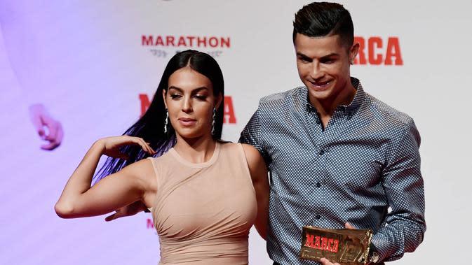 Cristiano Ronaldo bersama kekasihnya, Georgina Rodriguez, berpose usai menghadiri acara penghargaan Marca di Madrid, Spanyol (29/7/2019). (AFP/Javier Soriano)