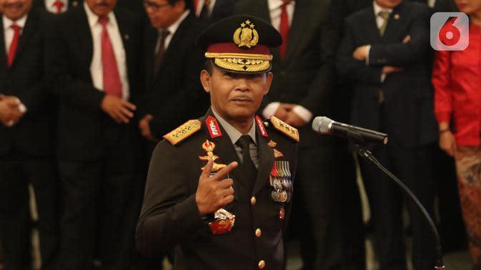 Komjen Pol Idham Azis memberikan isyarat saat upacara pelantikannya sebagai Kapolri di Istana Negara, Jakarta, Jumat (1/11/2019). Idham Azis dilantik menjadi Kapolri menggantikan Tito Karnavian yang diangkat menjadi Mendagri. (Liputan6.com/Angga Yuniar)