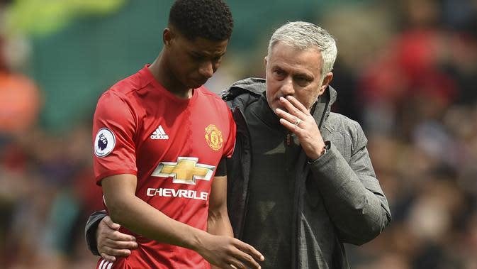 Penyerang Manchester United (MU), Marcus Rashford dan pelatih Jose Mourinho. (Oli SCARFF / AFP)