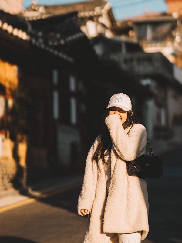 Selanjutnya, ia tampil dengan nuansa beige. Ranty mengenakan mantel tebal dan juga topi untuk melindungi kepalanya dari panas matahari. (Instagram/rantymaria)