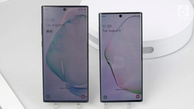 Penampakan Samsung Galaxy Note 10 (kanan) dan Samsung Galaxy Note 10 Plus (kiri) saat diperkenalkan di Barclays Center, Brooklyn, New York, Amerika Serikat, Rabu (7/8/2019). Samsung akhirnya memperkenalkan generasi terbaru Galaxy Note 10 dan Galaxy Note 10 Plus. (Liputan6.com/Istiarto Sigit Nugroho)