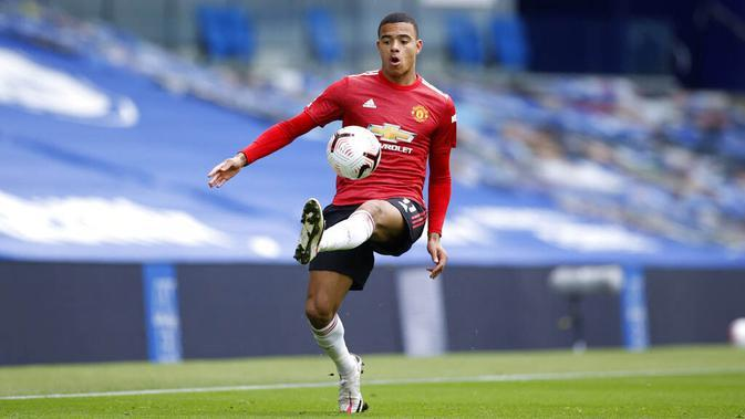 Penyerang Manchester United, Mason Greenwood, mengontrol bola saat melawan Brighton Hove Albion pada laga Liga Inggris, Sabtu (26/9/2020). Setan Merah menang dengan skor 3-2. (John Sibley/Pool via AP)