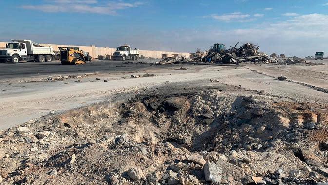 Kawah terlihat setelah serangan rudal Iran terhadap pangkalan udara Ain al-Asad di Anbar, Irak, Senin (13/1/2020). Iran menghujani pangkalan militer AS tersebut dengan rudal sebagai balasan atas kematian Jenderal Qasem Soleimani. (AP Photo/Ali Abdul Hassan)