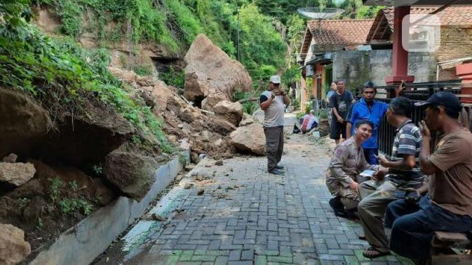 Bongkahan padas besar tiba-tiba menggelinding dan menimpa teras rumah Sugito di Ngaliyan Semarang. (foto: Liputan6.com/Sheyla Al Kautsar)