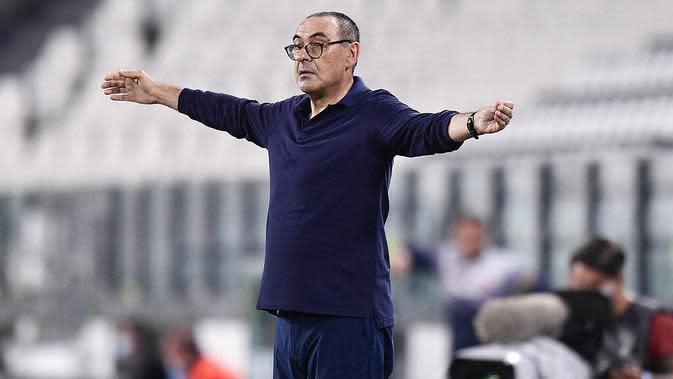 Pelatih Juventus, Maurizio Sarri, saat melawan Lecce pada laga Serie A di Stadion Allianz, Jumat (26/6/2020). Juventus menang 4-0 atas Lecce. (AP/Fabio Ferrari)