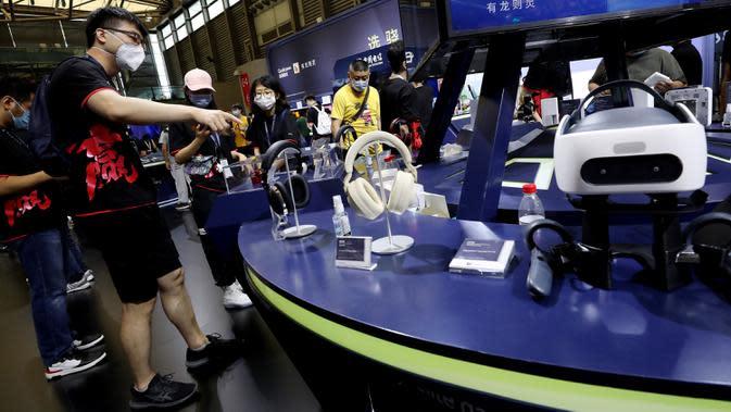 Orang-orang mengunjungi ChinaJoy 2020 di Shanghai, China timur, pada 31 Juli 2020. Ajang permainan terbesar di Asia, ChinaJoy atau dikenal sebagai China Digital Entertainment Expo and Conference, dimulai pada Jumat (31/7) di Shanghai. (Xinhua/Fang Zhe)