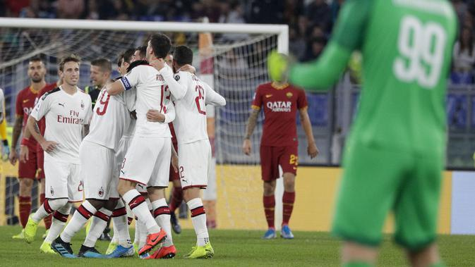 Pemain AC Milan merayakan gol yang dicetak oleh Theo Hernandez ke gawang AS Roma pada laga Serie A 2019 di Stadion Olympic, Senin (27/10). AS Roma menang dengan skor 2-1. (AP/Andrew Medichini)