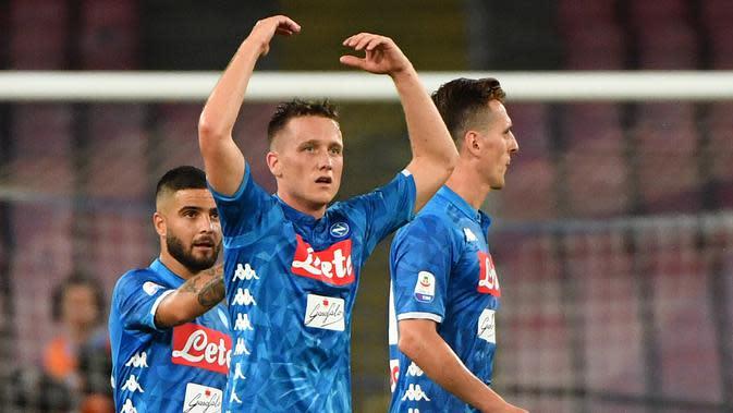 Gelandang Napoli, Piotr Zielinski (tengah) berselebrasi usai menceta gol ke gawang AC Milan pada lanjutan Liga Serie A Italia di San Paolo Stadium, Naples (25/8). Zielinski mencetak dua gol di pertandingan tersebut. (AFP Photo/Alberto Pizzoli)