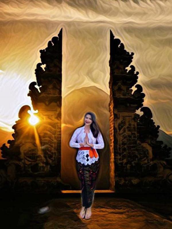Selanjutnya ada Tamara Blezynski yang memang sudah tinggal di Bali. Kali ini ia memakai kebaya putih yang dipadukan kain khas Bali dan selendang oranye yang diikatkan di pinggang. Untuk rambutnya, ia memilih untuk diurai dan membuat kesan santai. (Instagram/tamarablezynskiofficial)