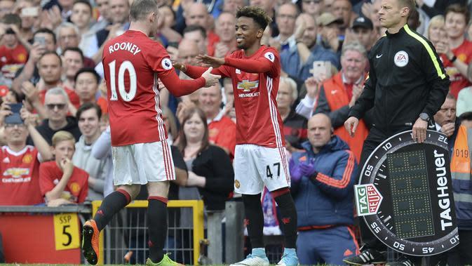 Angel Gomes menggantikan Wayne Rooney saat membela Manchester United musim lalu. (AFP/Oli Scarff)