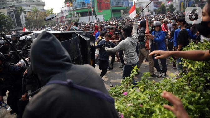 Harmoni Kembali Memanas, Massa Perusuh Lempari Polisi dengan Batu dan Pecahan Kaca
