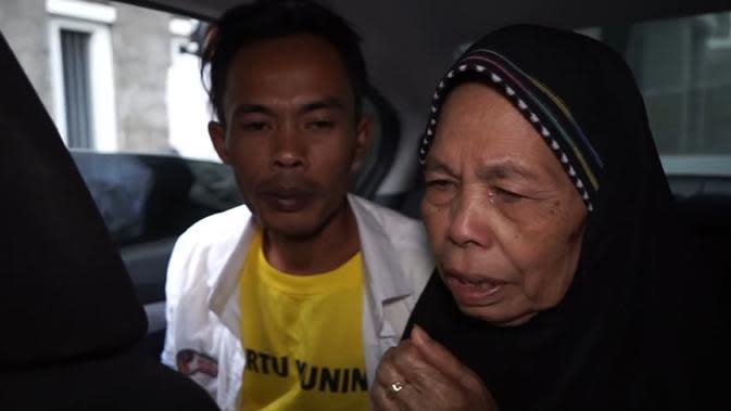 Emak Ade Londok tak kuas atahan nagis saat tahu anaknya beli mobil baru. (Sumber: YouTube/Ade Londok Asli)