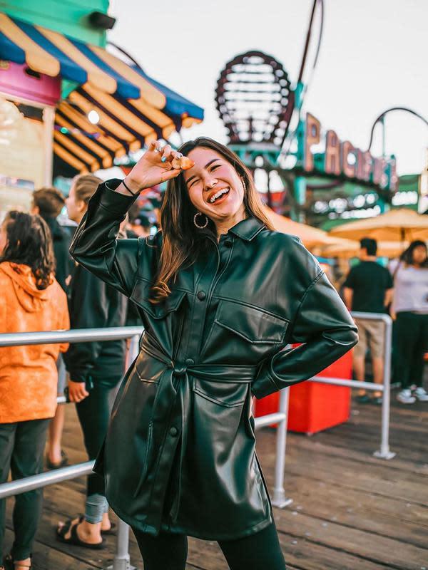 Aktris yang namanya meroket karena memerankan karakter Liora di Ganteng-Ganteng Serigala ini tampil modis dengan mengenakan pakaian serb hitam. Terlebih, Michelle Joan tersenyum begitu manis saat difoto. (Liputan6.com/IG/@michellejoan_)