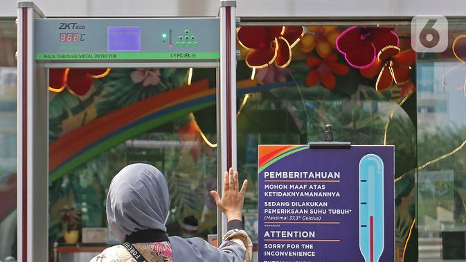 Pengunjung menjalani pemeriksaan sebelum masuk ke dalam Mall Margo City, Depok, Jawa Barat, Selasa (9/6/2020). Pusat perbelanjaan atau mal di Kota Depok akan mulai dibuka pada 16 Juni 2020 dengan menerapkan sejumlah aturan protokol kesehatan yang ketat. (Liputan6.com/Herman Zakharia)