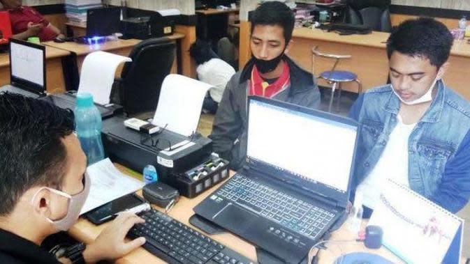 Dua karyawan minimarket waralaba, Reza dan Amy melaporkan kasus perampokan di tempatnya bekerja ke Mapolrestabes Palembang (Liputan6.com / Nefri Inge)