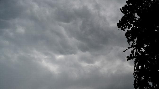 Ilustrasi – hujan lebat disertai angin kencang rawan terjadi pada musim pancaroba. (Liputan6.com/Muhamad Ridlo)