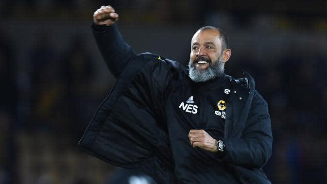 Selebrasi kemenangan pelatih Wolves, Nuno Espirito Santo pada laga lanjutan Premier League yang berlangsung di Stadion Molineux, Wolverhampton, Kamis (25/4). Arsenal kalah 1-3 kontra Wolves. (AFP/Paul Ellis)