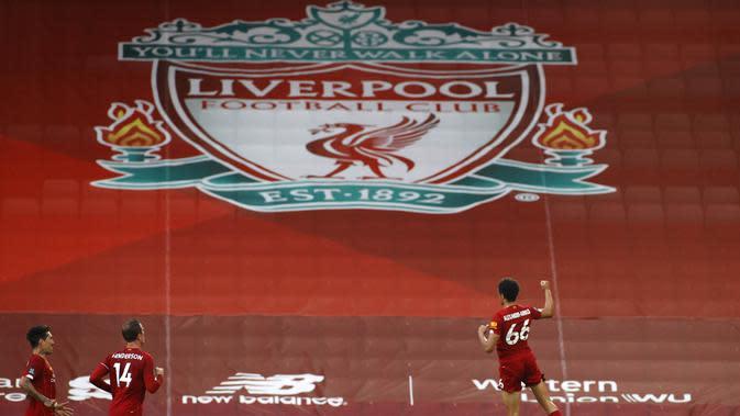 Bek Liverpool, Trent Alexander-Arnold, melakukan selebrasi usai membobol gawang Crystal Palace pada laga Premier League di Stadion Anfield, Rabu (24/6/2020). Liverpool menang dengan skor 4-0. (AP/Phil Noble)