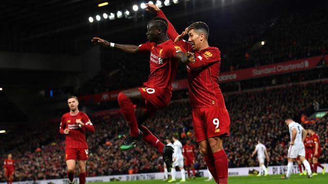 Striker Liverpool, Sadio Mane, bersama Roberto Firmino merayakan gol yang dicetaknya ke gawang Sheffield United pada laga Premier League di Stadion Anfied, Liverpool, Rabu (2/1). Liverpool menang 2-0 atas Sheffield. (AFP/Paul Ellis)