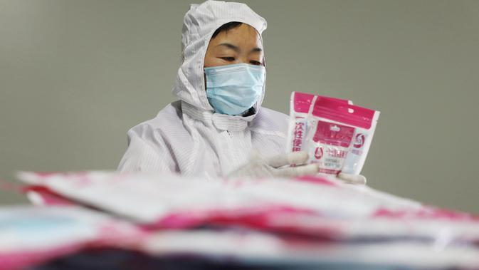 Seorang pekerja membuat masker di ruang produksi sebuah perusahaan produsen barang kebutuhan medis di Kota Jiaozuo, Provinsi Henan, China tengah, pada 9 Februari 2020. (Xinhua/Feng Xiaomin)