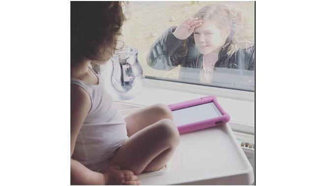 Bocah Ini Ucap Selamat Tinggal ke Adiknya Hanya dari Jendela, Bikin Haru (Sumber: Mirror.co.uk)