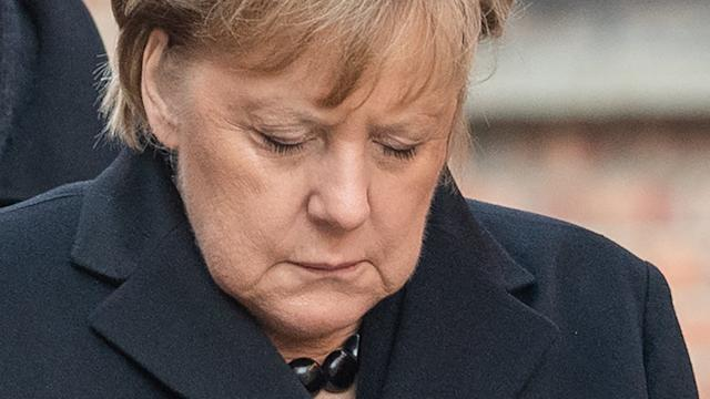 Verneigung vor den Opfern: Bundeskanzlerin Angela Merkel nach einer Kranzniederlegung an der Todesmauer im ehemaligen deutschen Konzentrationslager Auschwitz.