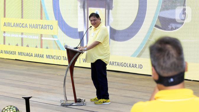 Ketua Umum Partai Golkar Airlangga Hartarto berpidato dalam HUT ke-56 Partai Golkar di Jakarta, Sabtu (17/10/2020). Partai Golkar mendorong masyarakat mematuhi protokol pencegahan penularan COVID-19 melalui 3M yaitu Memakai Masker, Mencuci Tangan, dan Menjaga Jarak. (Liputan6.com/Johan Tallo)