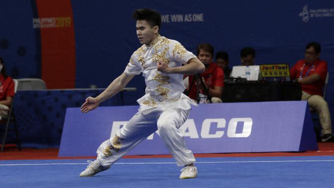 Atlet wushu Indonesia, Edgar Xavier, beraksi pada SEA Games 2019 cabang wushu nomor Taoulu Chanquan di World Trade Center, Manila, Minggu (1/12). Mendapat nilai 9,59, dirinya gagal meraih medali. (Bola.com/M Iqbal Ichsan)