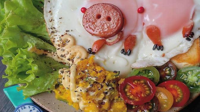 Seorang ibu menghias makanan dengan rumit dan detail. Sumber: Instagram/etn.co_mam