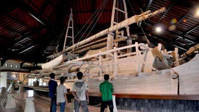 Pengunjung mengamati kapal Samudraraksa (pelindung lautan) di Museum Kapal komplek Taman Wisata Candi Borobudur (TWCB), Magelang, Jateng. (Antara)