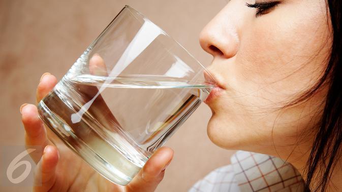Ilustrasi Minum Air Putih (iStock Photo)
