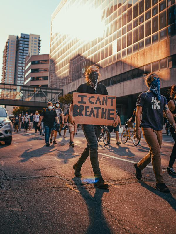 Demonstran menuntut keadilan untuk George Floyd   pexels.com/@josh-hild-1270765