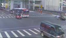 倒整排!重機違規遭撞 轎車失控衝Ubike站