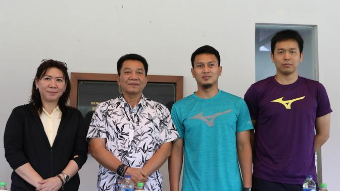 Kepala Bidang Pembinaan dan Prestasi PBSI, Susy Susanti (kiri) dan Chief de Mission Indonesia, Achmad Budiharto bersama ganda putra Hendra Setiawan/Mohammad Ahsan dalam jumpa pers jelang All England 2020, Kamis (5/3). (PBSI)