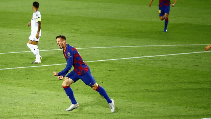 Bek Barcelona, Clement Lenglet berselebrasi usai mencetak gol ke gawang Napoli pada leg kedua babak 16 besar Liga Champions di Stadion Camp Nou , Spanyol, Sabtu (8/82020). Barcelona menang 3-1 atas Napoli dan melaju ke perempat final dengan agregat skor 4-1. (AP Photo/Joan Monfort)