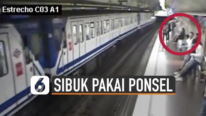 VIDEO: Sibuk Pakai Ponsel, Penumpang Jatuh ke Lintasan Kereta