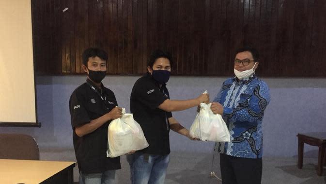 Kepala Stasiun Transmisi Indosiar & SCTV Bengkulu Menyerahkan 150 Paket Sembako Kepada Ketua KPID Bengkulu, Ratim Nuh Untuk Diberikan Kepada Pihak-Pihak Yang Membutuhkan. (EMTEK)