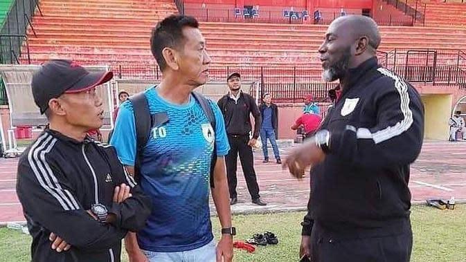 Pelatih Persipura U-20, Tony Ho. (Bola.com/Abdi Satria)