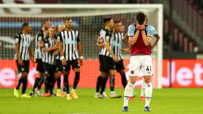 Pemain West Ham United, Declan Rice, tampak kecewa usai ditaklukkan Newcastle United pada laga Premier League di Stadion London, Minggu (13/9/2020). Newcastle United menang dengan skor 2-0. (Cath Ivill/Pool via AP)
