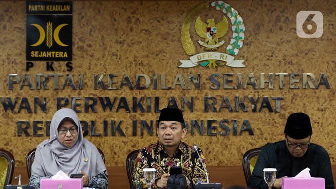 Ketua Fraksi PKS Jazuli Juwaini (tengah) memberikan keterangan pers di Kompleks Parlemen, Senayan, Jakarta, Rabu (15/1/2020). Sebanyak 50 orang anggota Fraksi PKS DPR RI menandatangani usulan pembentukan Pantia Khusus (Pansus) PT Asuransi Jiwasraya (Persero). (Liputan6.com/Johan Tallo)