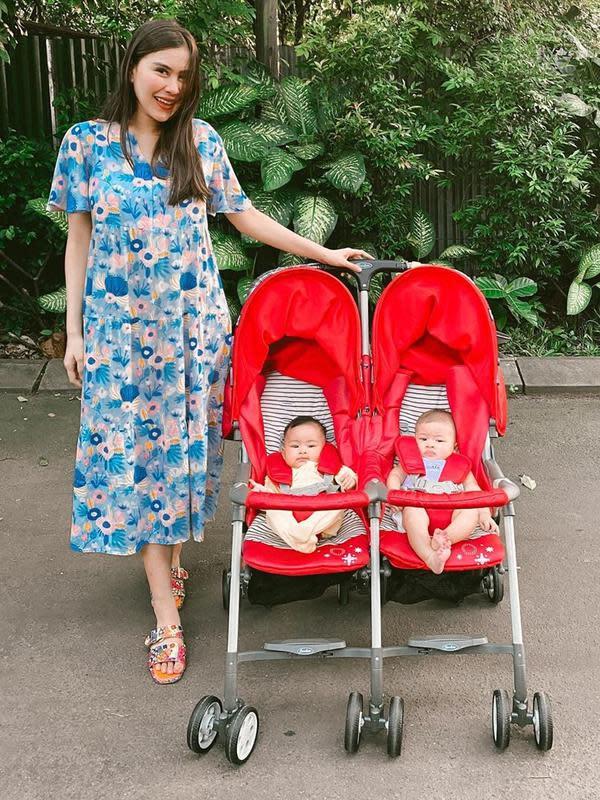 Syahnaz Sadiqah pun sangat berbahagia setelah dikaruniai bayi kembar laki-laki dan perempuan. Zayn dan Zunaira lahir pada 3 Januari 2020 lalu. Kini keduanya sangat menggemaskan, terlebih Syahnaz begitu piawai mendandaninya. (Instagram/syahnazs)