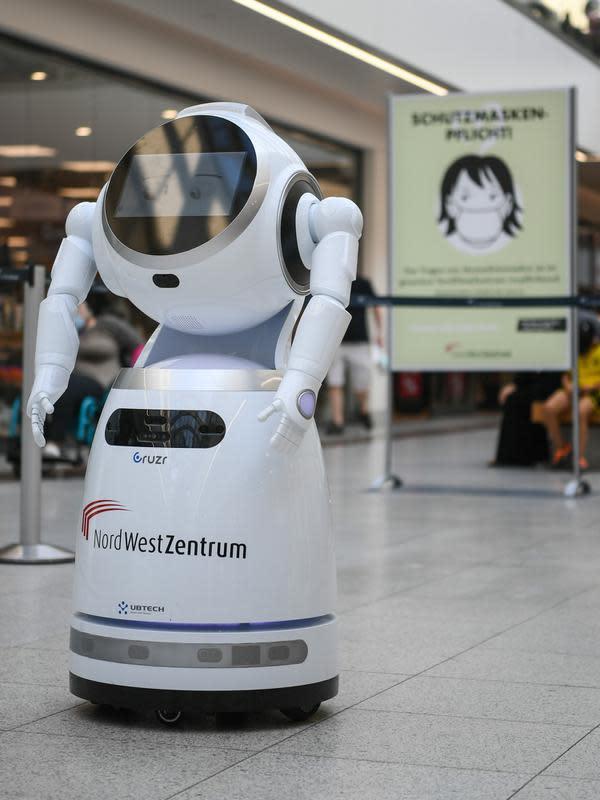 Foto pada 12 September 2020 ini menunjukkan sebuah robot pintar yang berfungsi untuk menjelaskan langkah-langkah pencegahan COVID-19 di sebuah pusat perbelanjaan di Frankfurt, Jerman. (Xinhua/Lu Yang)