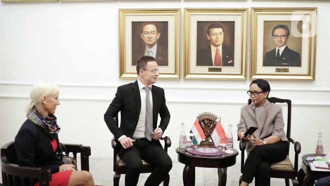 Menlu RI Retno Marsudi bersama Menlu Hungaria Péter Szijjártó melakukan pertemuan di Gedung Pancasila, Kementerian Luar Negeri, Jakarta, Kamis (23/1/2020). Pertemuan tersebut membahas hubungan birateral kedua bela negara di bidang ekonomi. (Liputan6.com/Faizal Fanani)